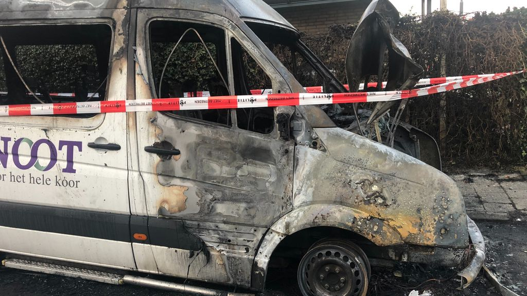 Een uitgebrande bedrijfsbus. Foto: Omroep Gelderland