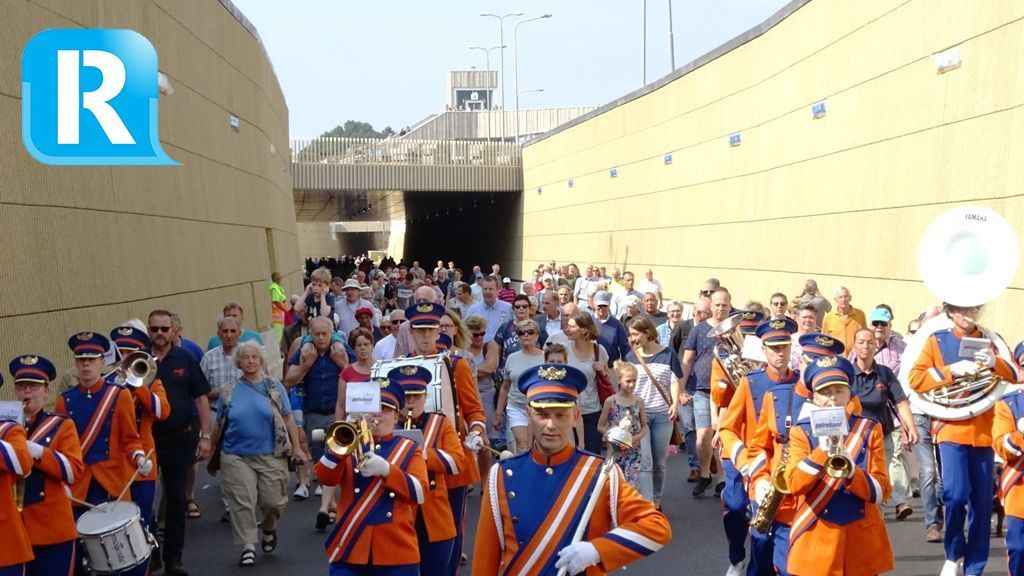 BEELD: Bezoekers lopen voor één keer door de nieuwe tunnelbak in Dieren