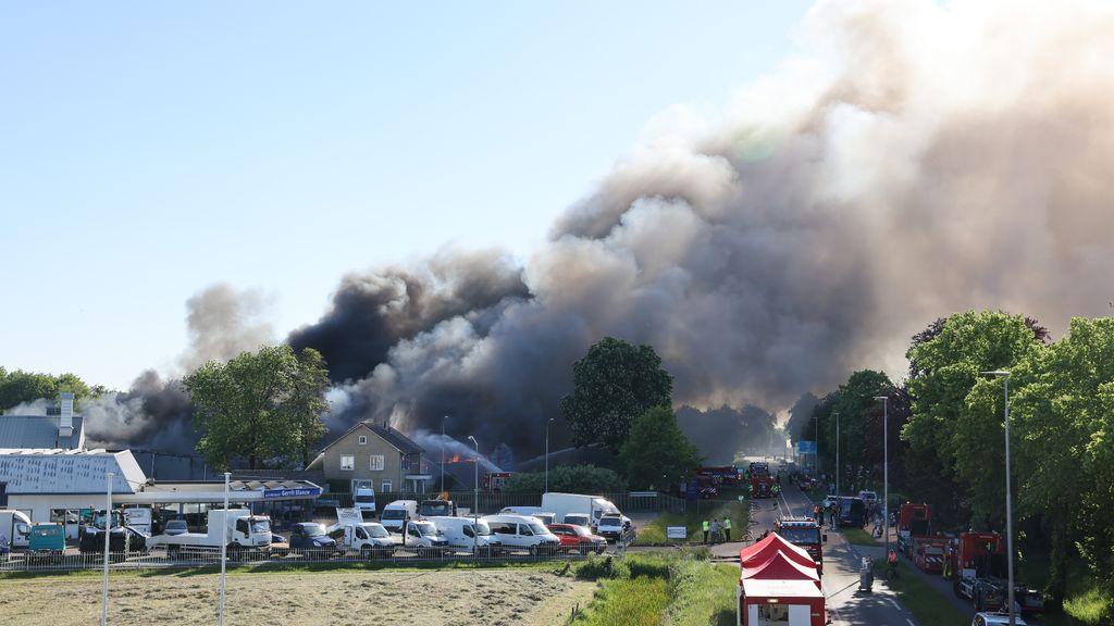 De rook verspreidde roetdeeltjes in de omgeving. Foto: Stefan Verkerk/News United