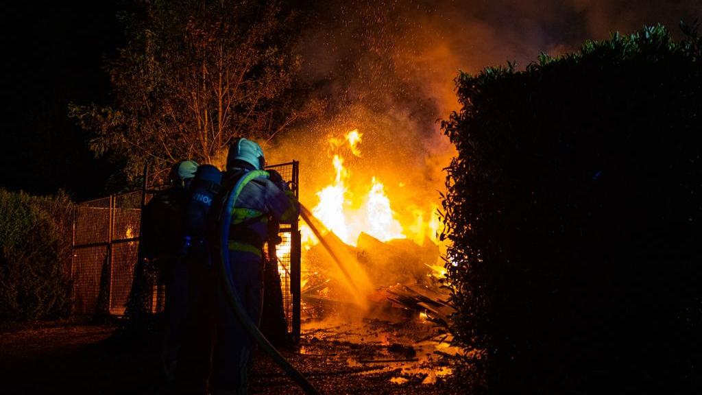 Felle brand op camping legt houthok in de as