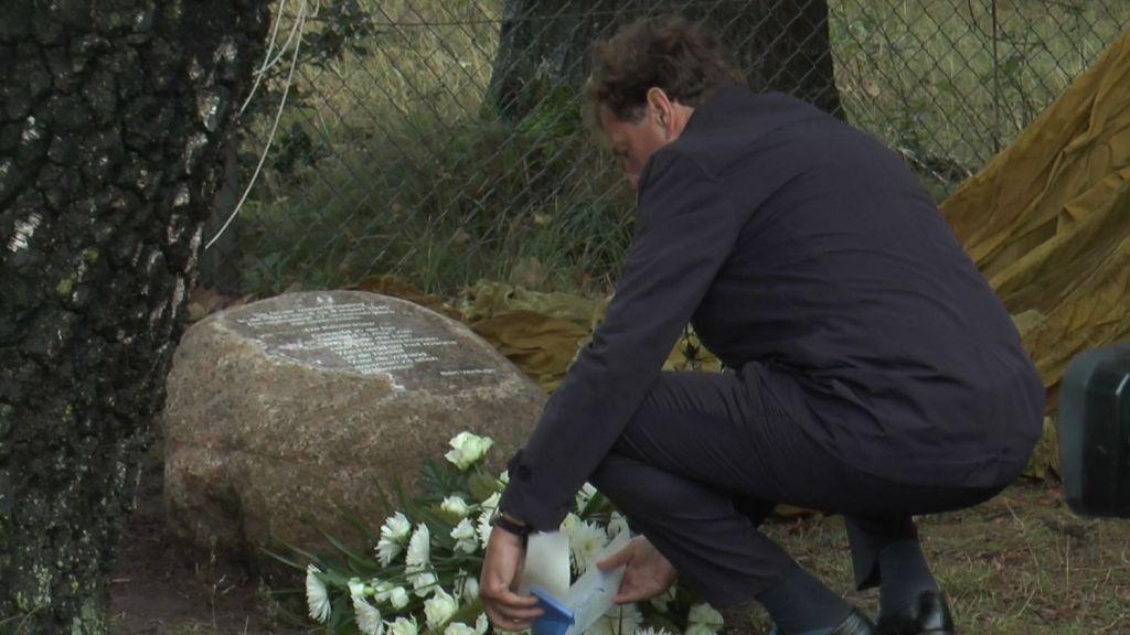 Onthulling van zwerfsteen met gedenktekst wapendropping 8 op 9 maart