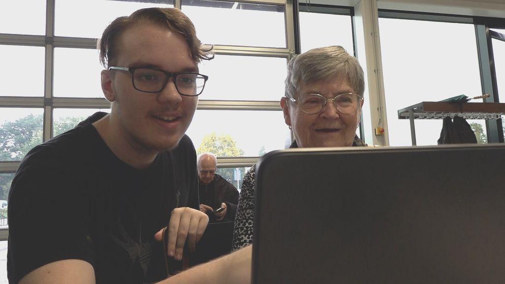 'Een geweldig idee', studenten helpen ouderen met CoronaCheck App en QR-code