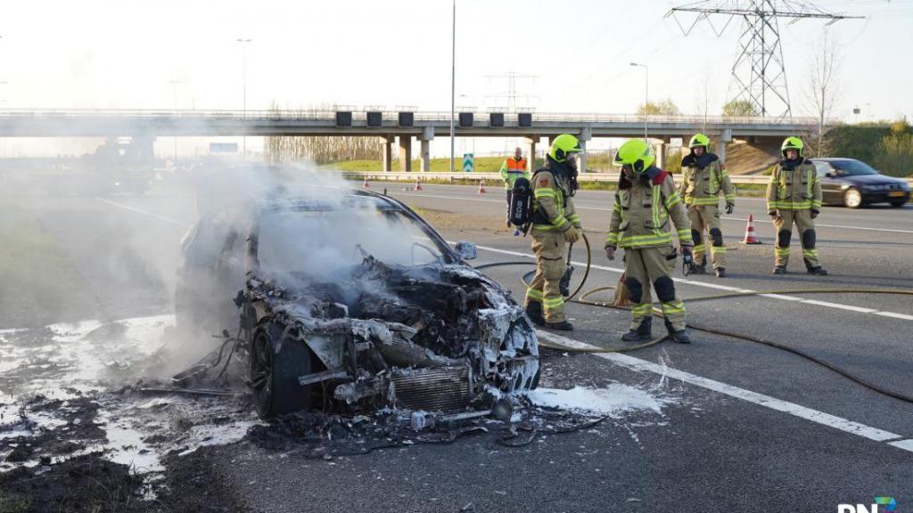 Auto uitgebrand op afslag A15 richting Arnhem bij Valburg