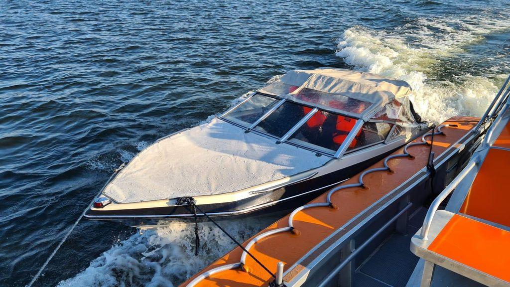 Boot op sleeptouw genomen bij Harderwijk