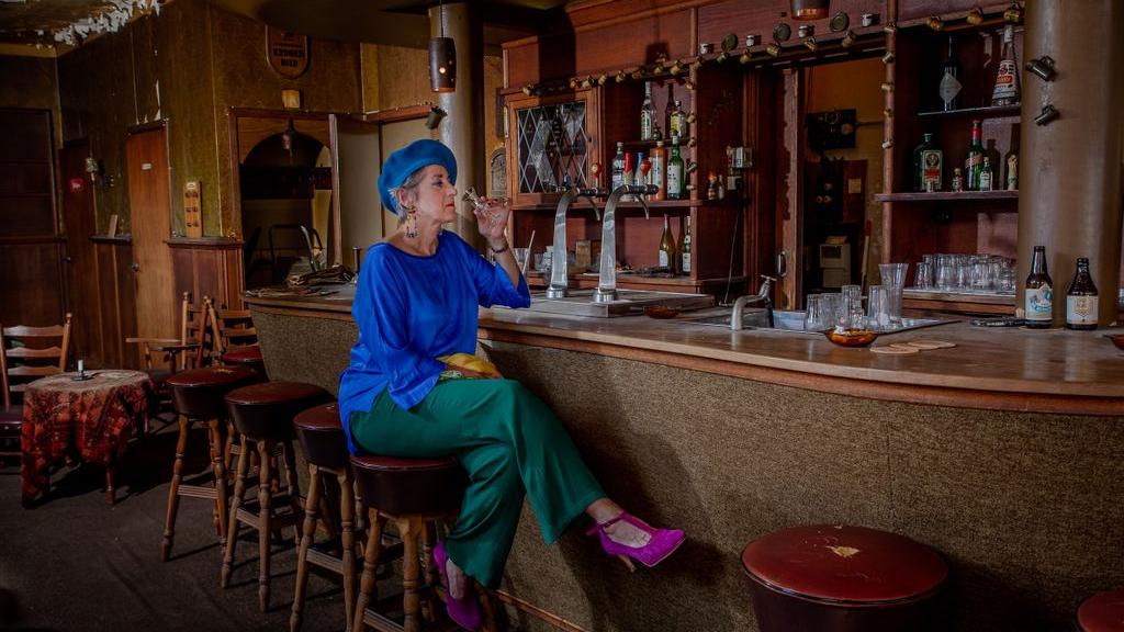 Op de foto in Arnhems café waar de klok al 25 jaar niet meer tikt