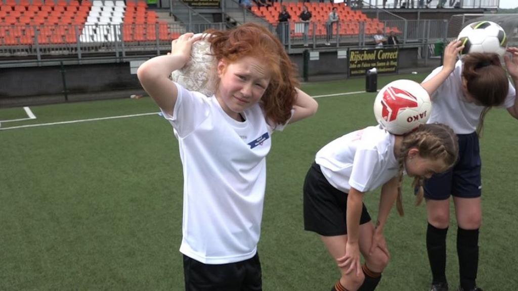 Meisjes genieten op voetbalkamp: 'Jongens zijn lomp en worden snel boos'