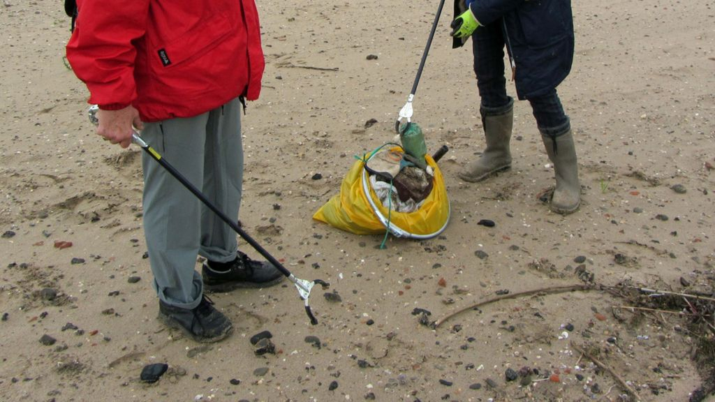 Grote schoonmaakactie vrijwilligers langs de Waal
