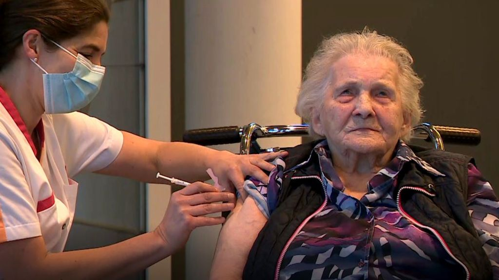 Tini (101) krijgt coronavaccin: 'Ik voelde de prik even, maar het is geen bevalling'