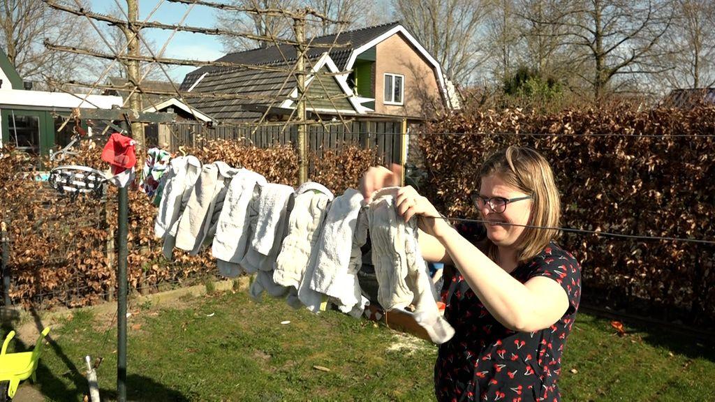 Marjolein van Gelderen hangt de luiers van haar zoontje aan de waslijn. Foto: Omroep Gelderland