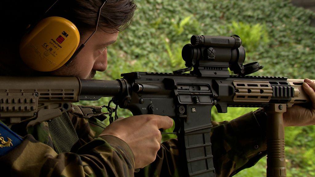 Een bijbaan in het leger: 'Even wennen aan een wapen in je handen'