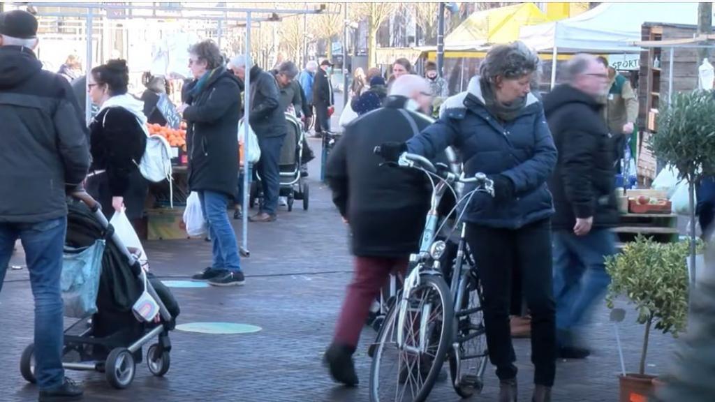 Bezoekers Veenendaalse markt spreken zich uit over de huidige situatie